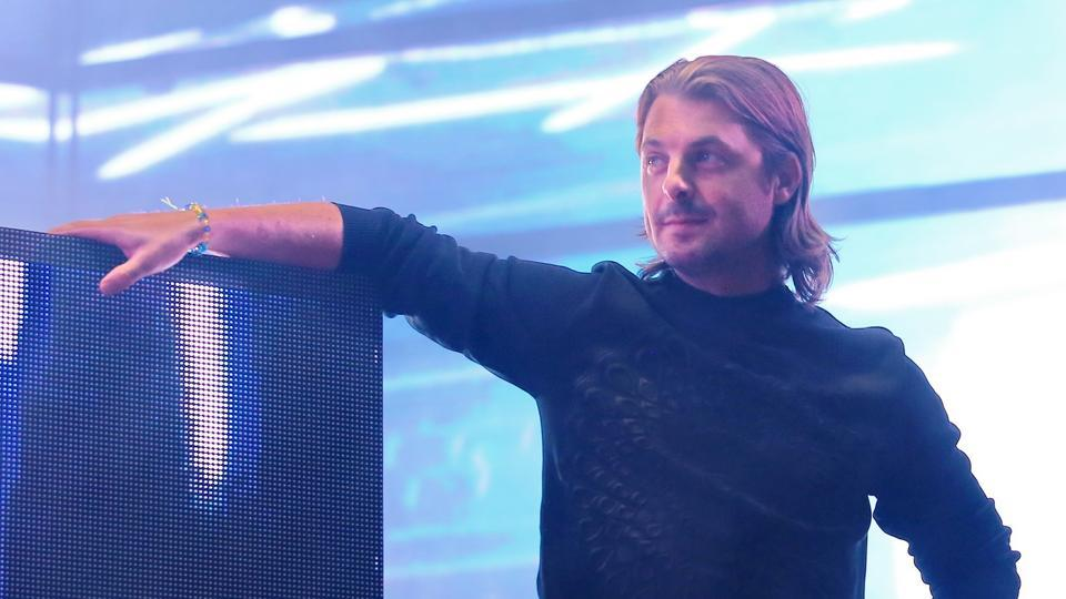 Axwell poses for shutterbugs before his concert.