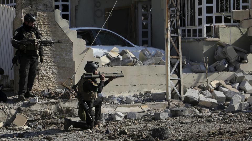Soldiers of Iraq's special forces take combat position as they advance in the eastern side of Mosul, Iraq, Monday, Jan. 16, 2017. Iraqi troops have begun to push Islamic