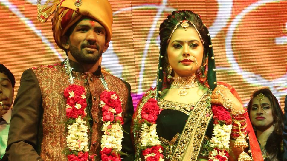 London Olympics bronze medallist wrestler Yogeshwar Dutt married Sheetal Sharma, daughter of Haryana congress leader Jaibhagwan Sharma, in Singhola, on the outskirts of New Delhi Monday night. The function was attended by many sports stars as well as politicians and socialites. (Manoj Verma/Hindustan Times)