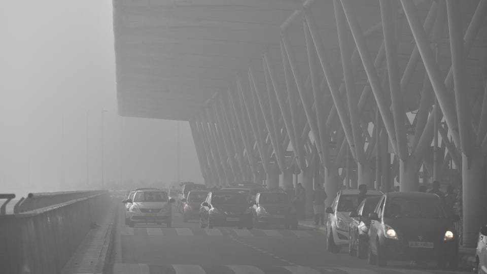 Cars drop passengers at the drop-off  point  at departure terminal of Terminal-3 IGI airport in New Delhi. Several flights have either been delayed or cancelled due to the fog in the Delhi skies. (Sanjeev Verma/HT PHOTO)