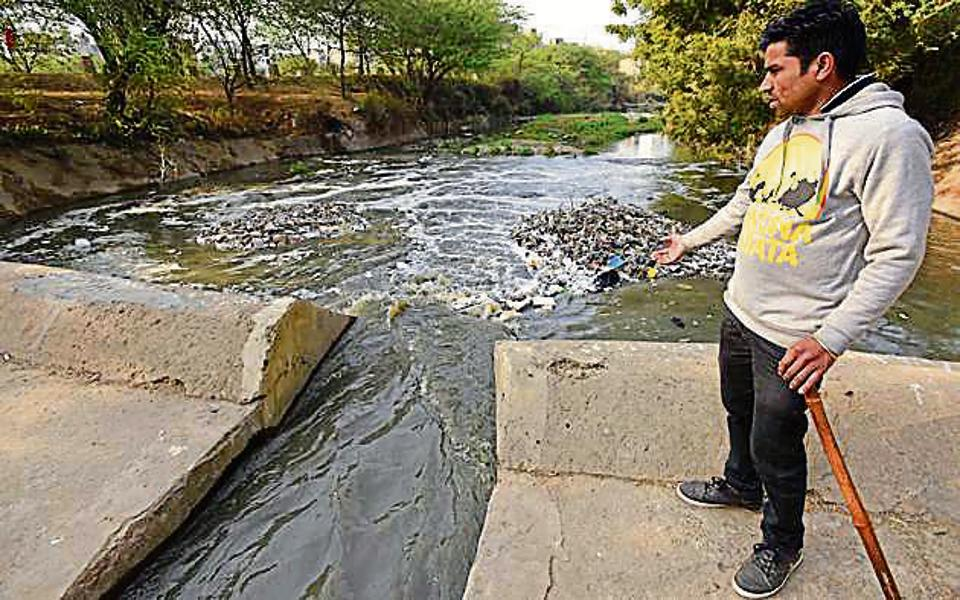 Raja Babu, a seven-year-old boy, died after allegedly falling and drowning in an open sewer at Malviya Nagar in New Delhi.