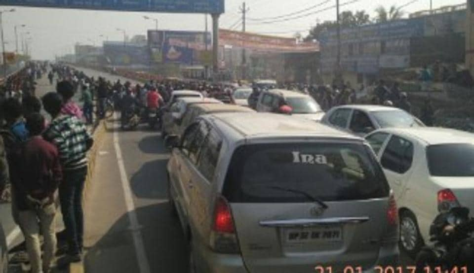 The human chain led to traffic jam on the Bailey Road in Patna.