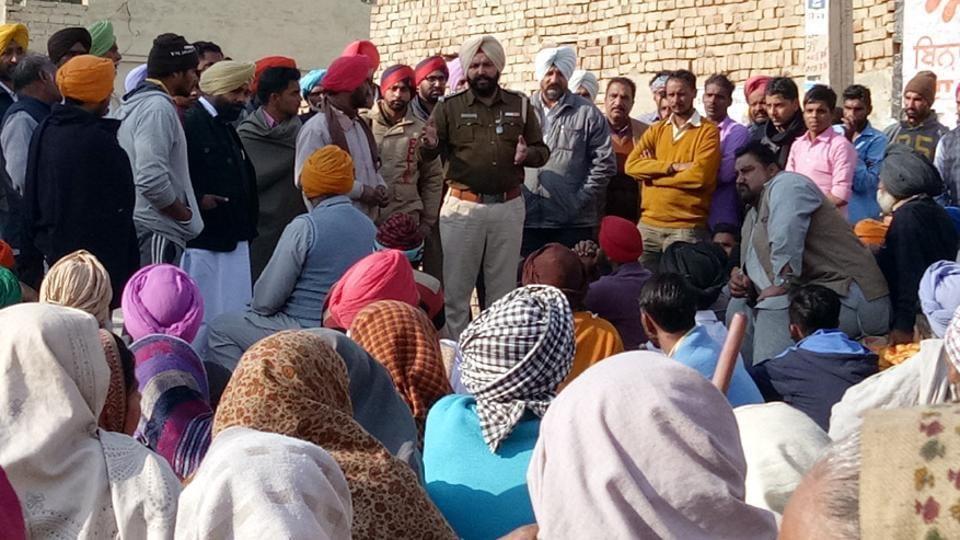 Maur deputy superintendent of police Davinder Singh addressing protesters at Bhai Bakhtaur village in Bathinda on Friday.