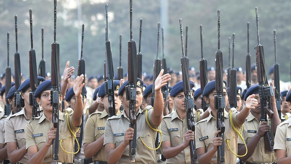 Mumbai police personnel in formation at Shivaji Park. (Anshuman Poyrekar/HT PHOTO)