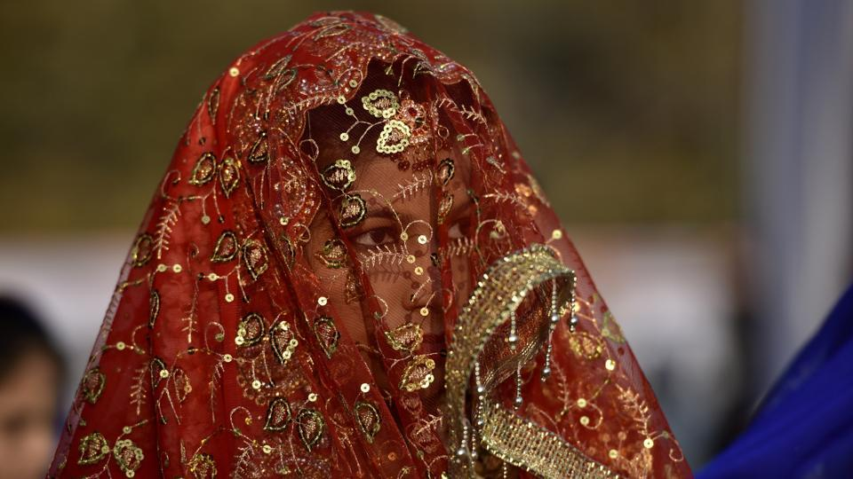 A woman looks at the proceedings through her veil. (Arijit Sen/HT PHOTO)
