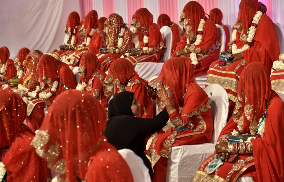75 couples tied the knot in a mass marriage ceremony at YMCA ground, near Maratha Mandir Theatre in Mumbai on Sunday. (Arijit Sen/HT PHOTO)