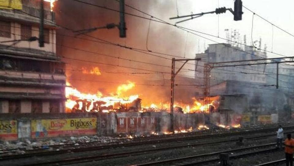 A few shanties between Masjid station and Chhatrapati Shivaji Terminus, along the seventh line, caught fire around 6am and it soon spread to 15-20 huts.