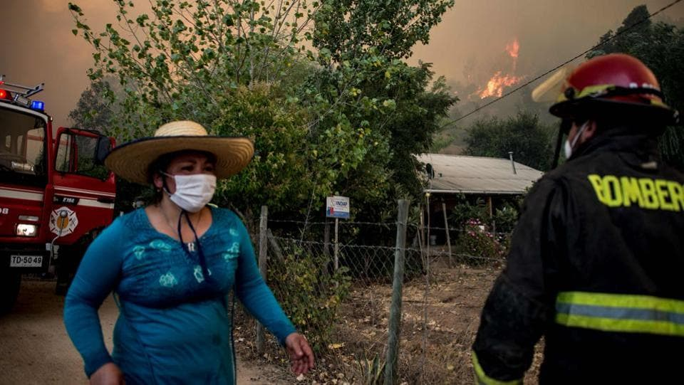 Firefighters and volunteers try to tame the fire. A farming emergency was also decreed. Bachelet said France was offering help and she was also reaching out to other countries. (Martin Bernetti/AFP)