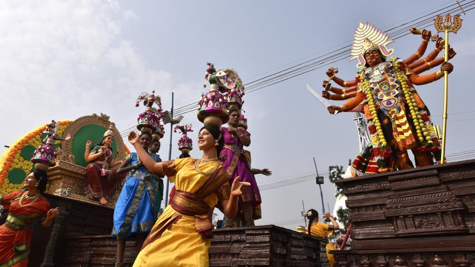 'Karakattam' is one of the old folk dances of Tamil Nadu. The Karagam dancers perform entertaining dance movements to the beat of drums balancing with the Karagam on their head.  (Arvind Yadav/HT PHOTO)