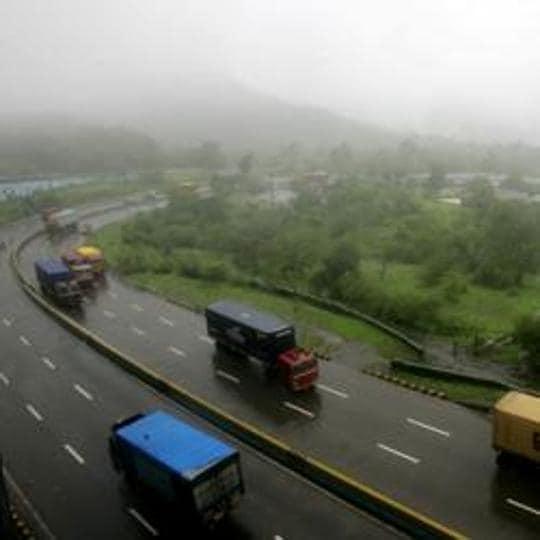 ST bus,Mumbai-Pune expressway,accident