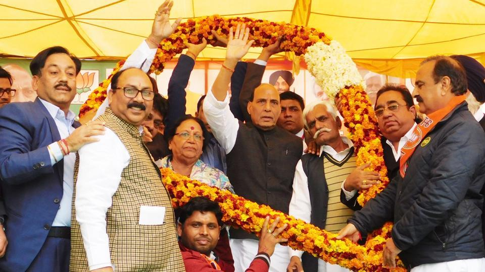 Union home minister Rajnath Singh being welcomed by BJP leaders at a rally in Punjab's Abohar on Jan 24, 2017.