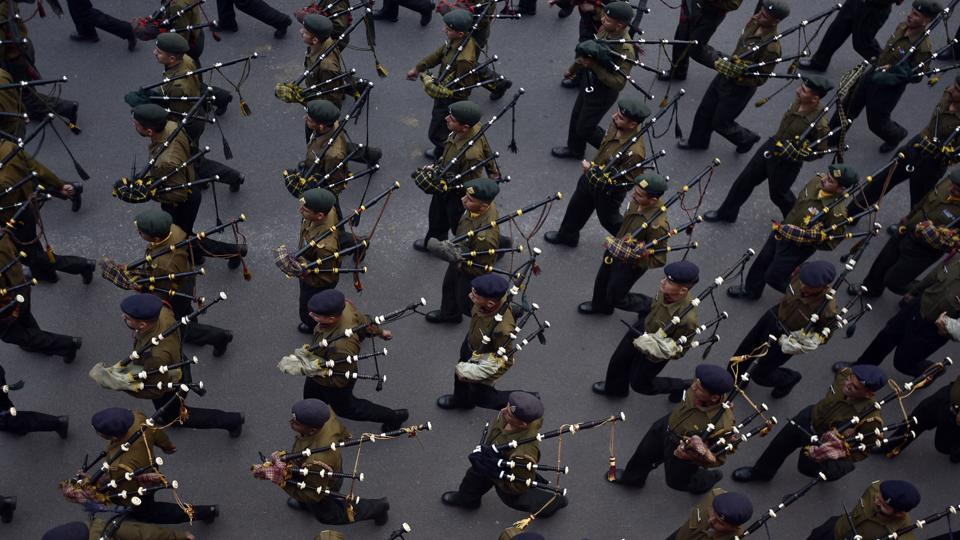 A contingent of soldiers playing bagpipes descend Raisina Hill during the practice.  (Ravi Choudhary/HT Photo)