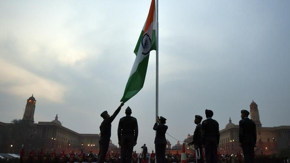 Armed forces personnel hoisting the flag at Vijay Chowk. (Ravi Choudhary/HT Photo)
