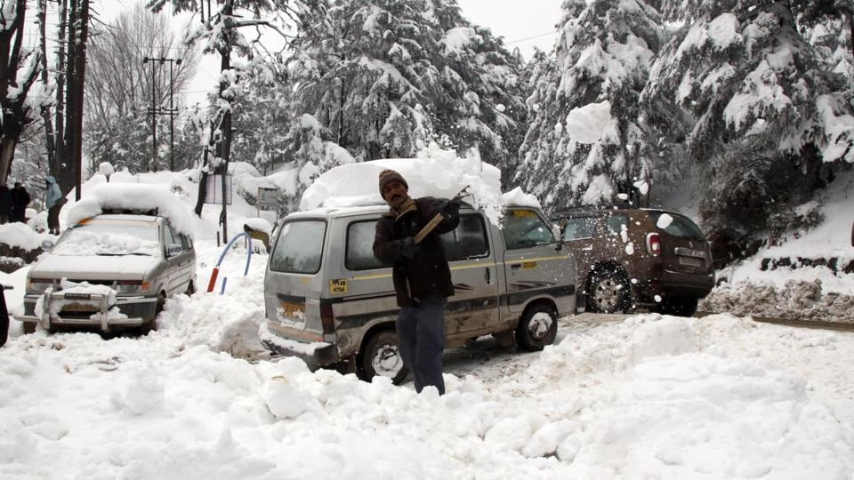 A man removes snow from the Jammu-Srinagar highway in Kud. An avalanche hit an army unit in Kashmir's Ganderbal district on Wednesday.