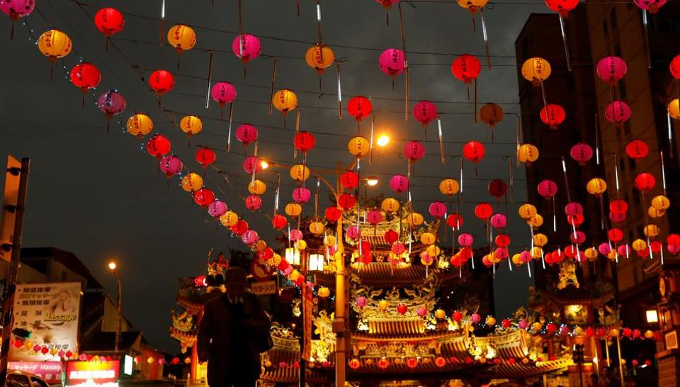 A tourist walks under the lanterns along a street ahead of the Chinese Lunar New Year outside Raohe street Night Market in Taipei, Taiwan January 18, 2017. The Lunar New Year, known locally as the Spring Festival, falls on January 28 this year and marks the Year of the Rooster in the Chinese calendar.  (Reuters Photo)
