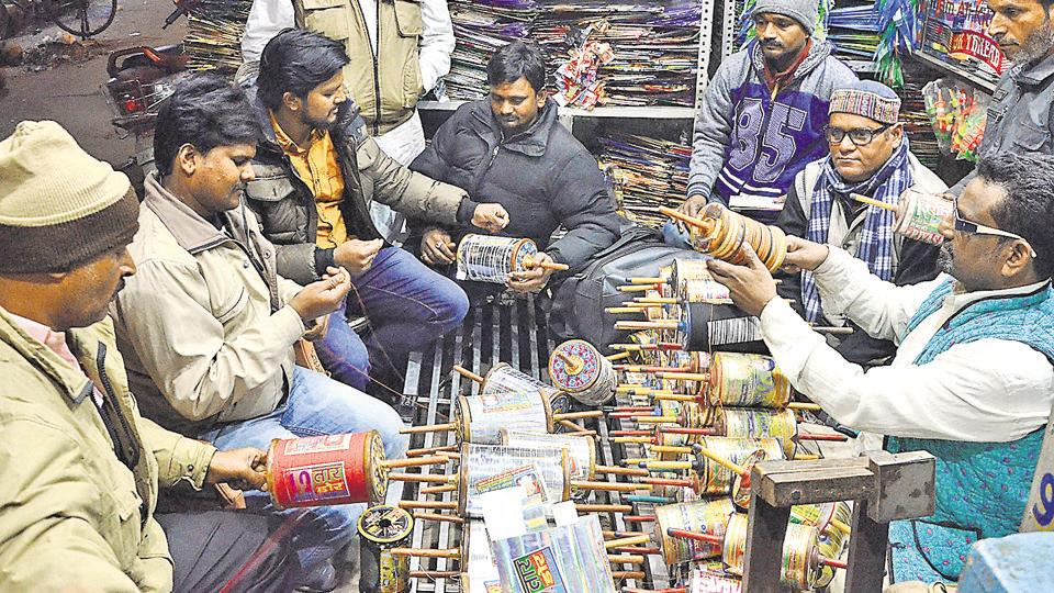 Manjha traders from Bareilly interact with those from Maharashtra and Gujarat at a shop.