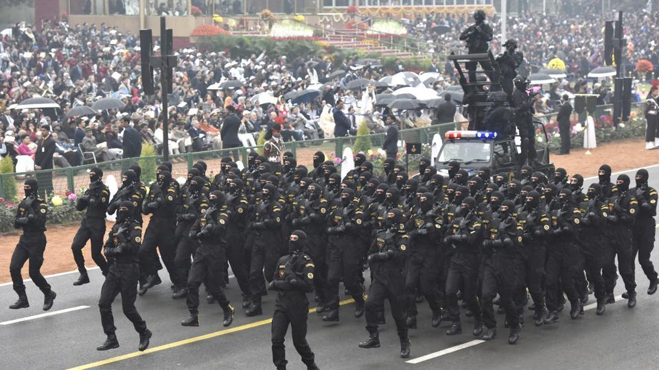 NSG commando contingent pass through the saluting base at Rajpath. (Mohd Zakir/HT PHOTO)