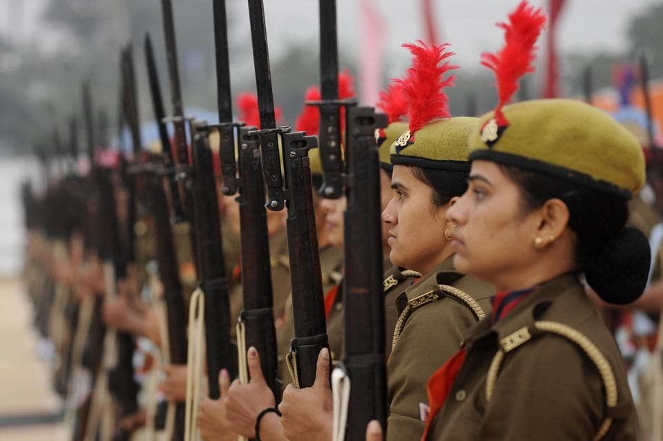 Uttar Pradesh Armed Police personnel take part in the parade. (Burhaan Kinu/HT PHOTO)