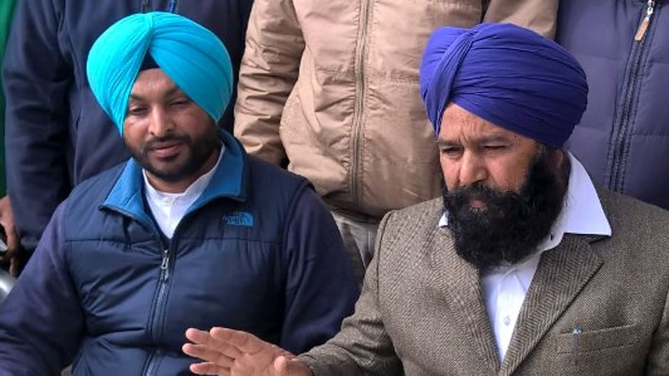 Akali Dal MP Sher Singh Ghubaya (Right) along with Congress MP Ravneet Singh Bittu in a press conference.