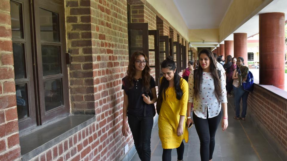 Miranda House,Delhi University,Selfies banned