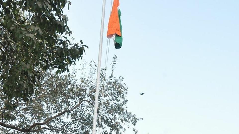 RSSChief Mohan Bhagwat hoisting the tricolour at Gujarati Sanatan Samaj, Jamshedpur,