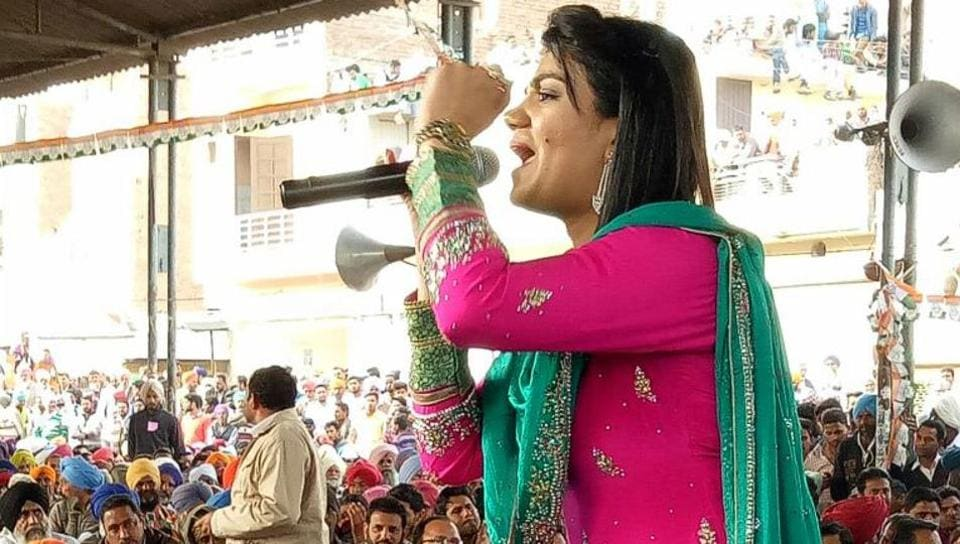 A singer keeping crowd enthralled ahead of Rahul Gandhi's arrival at a rally in Talwandi Sabo.