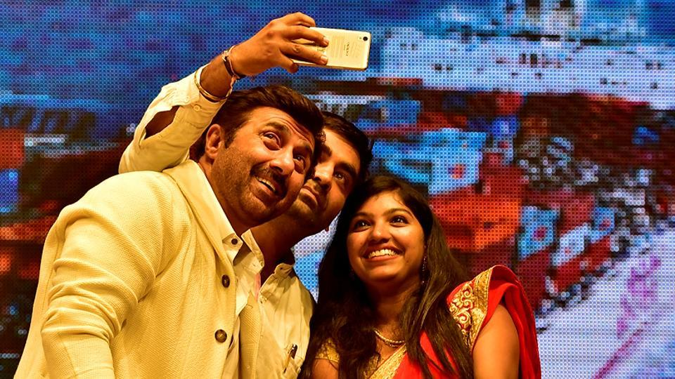 Actor Sunny Deol poses for selfies. (Arijit Sen/HT PHOTO)