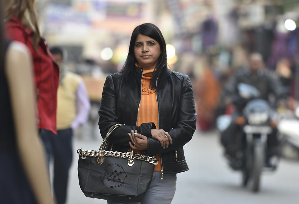 New Delhi:Monika Arora, a resident of Prashant Vihar, has been a victim of snatching twice in the last 9 months. Last week her bag was snatched outside her house at Prasant Vihar.