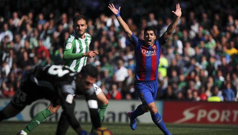 FC Barcelona's Luis Suarez scored a late equaliser to salvage a point against Real Betis during their La Liga match on Sunday.