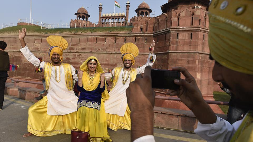 Folk dancers from Punjab get their picture clicked in front of Red Fort. (Raj K Raj/HT PHOTO)