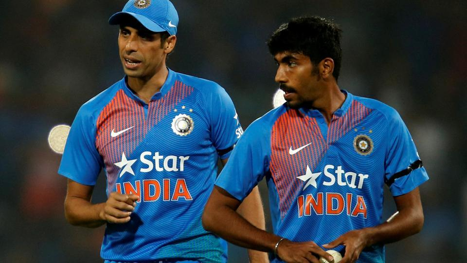 Jasprit Bumrah and Ashish Nehra during the final over of the second India vs England T20 international in Nagpur on Sunday. Bumrah bowled the last over as India clinched a thrilling last-ball win.
