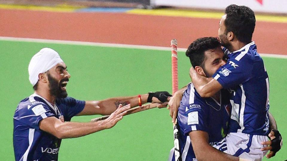 Affan Yousuf of Dabang Mumbai (right) celebrates with teammates after scoring against Delhi Waveriders in their Hockey India League (HIL) match on Monday.