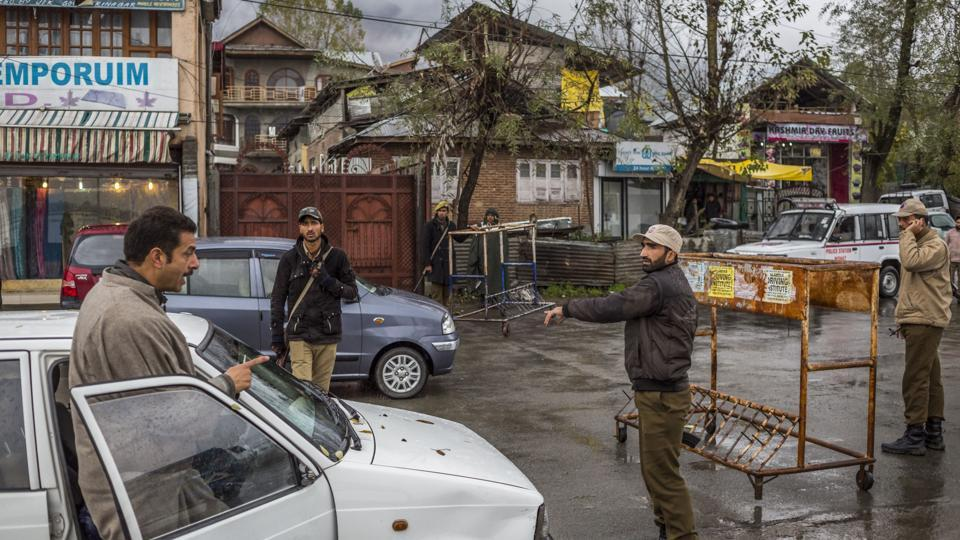 A Kashmiri driver confronts Jammu and Kashmir police personnel at a checkpoint in Srinagar on November 4, 2015.