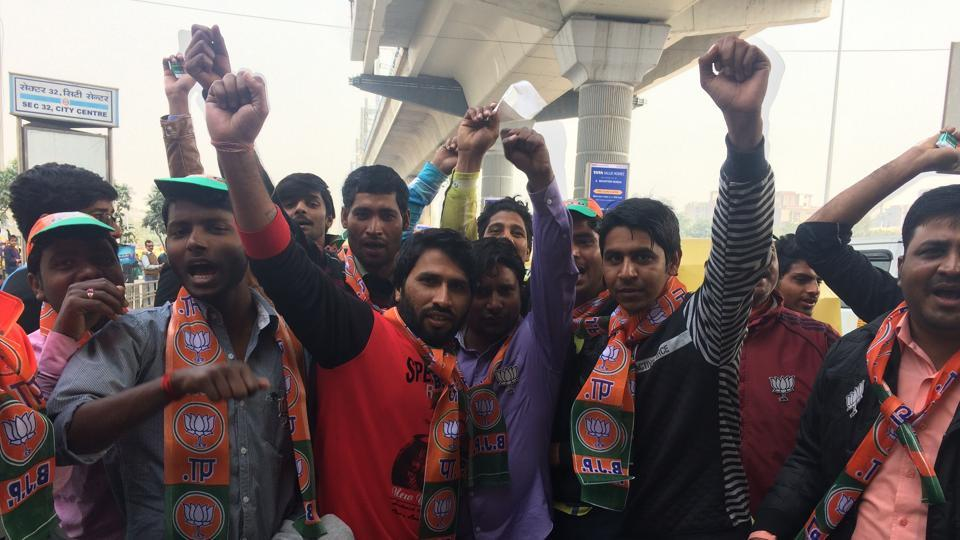 The workers reached out to people at metro stations — Botanical Garden and Noida City Centre —   the Great India Place mall and Sector 37 intersection.