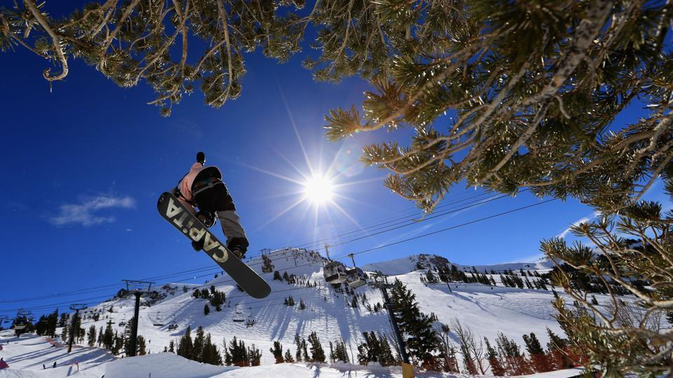 Nikolas Baden takes a practice run during the FIS Snowboard World Cup 2017 Men's Snowboard Halfpipe during the Toyota U.S. Grand Prix at Mammoth Mountain on January 31, 2017 in Mammoth, California.  (Sean M. Haffey/Getty Images / AFP)
