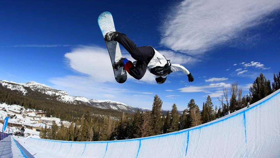 Lee-Jun Kweon of Korea takes a practice run during the FIS Snowboard World Cup 2017 Men's Snowboard Halfpipe during the Toyota U.S. Grand Prix at Mammoth Mountain on January 31, 2017 in Mammoth, California.  (Sean M. Haffey/Getty Images / AFP)
