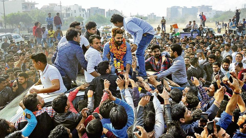 More than 3000 fans in hundreds of vehicles thronged the public ground in Sector 46, Noida, to welcome the Bigg Boss 10 winner.