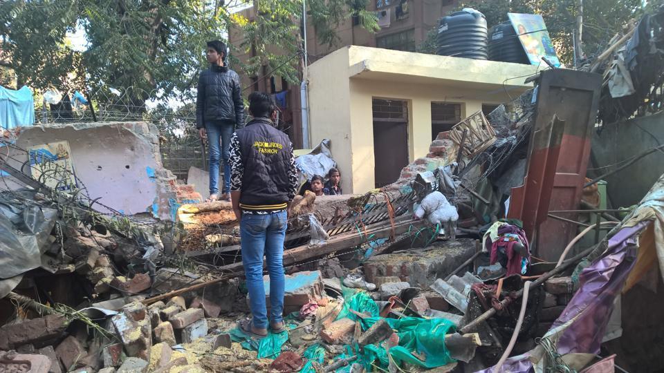 tree falls on shanties,mandir marg,Delhi