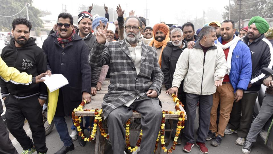 Dr. Inderpal , All Punjab Rehri-fahri union and candidate of Bahujan Samaj Party sitting on cart to fill in his nominations papers in Amritsar along with supporters to participate in the Punjab assembly elections, outside the DC office Amritsar. (Gurpreet Singh/ HT PHOTO)