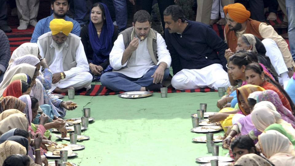 Congress Vice President Rahul Gandhi eating lunch with villagers at Ballian village. (Bharat Bhushan/HT Photo)