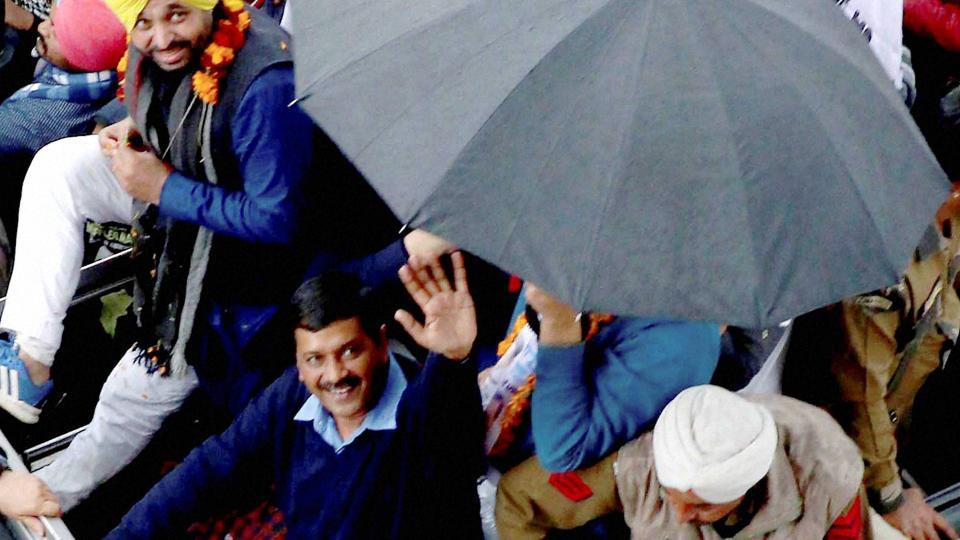 Delhi CM and AAP Chief Arvind Kejriwal and party MP Bhagwant Mann during an election road show in Patiala. (PTI)
