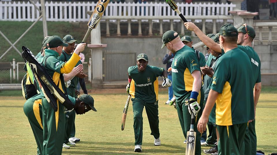 The South African team greets its openers . (Arijit Sen/HT PHOTO)