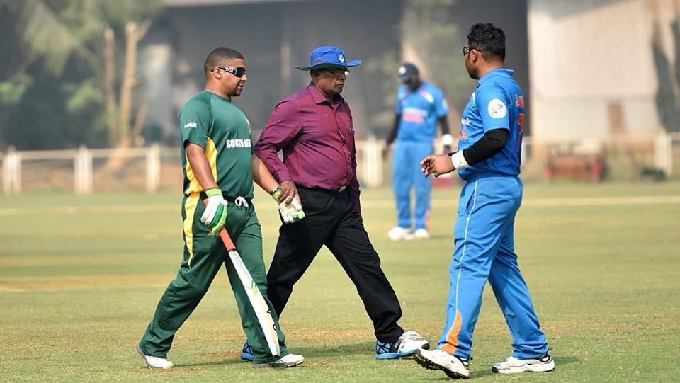 An umpire helps a South African B1  player during the match. (Arijit Sen/HT PHOTO)