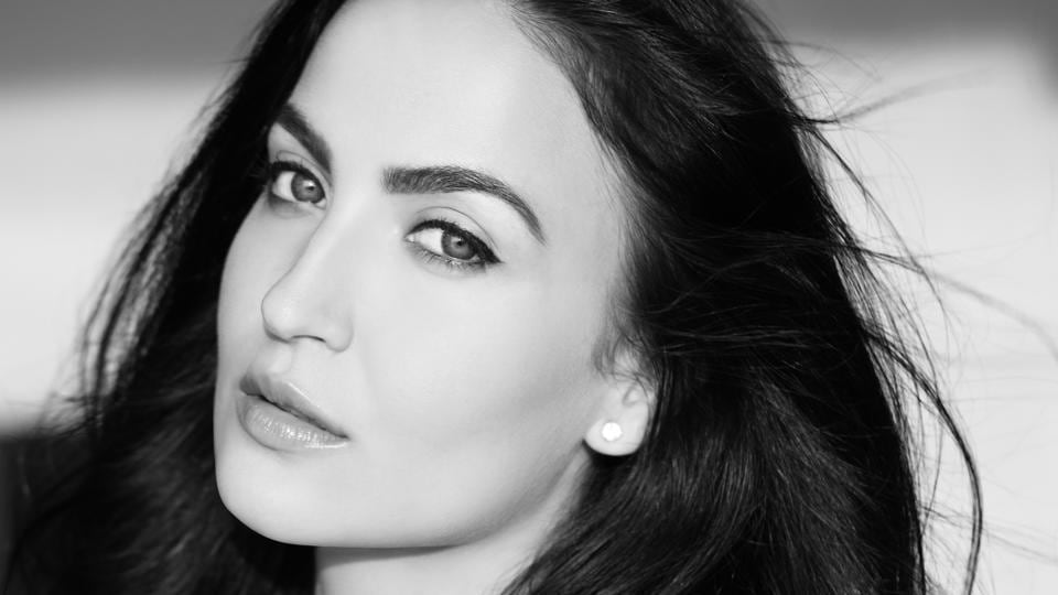 Actor Elli Avram says to crush Asprin with yoghurt and honey and apply it on the face for 30 minutes. This  reduces irritation and swelling, and softens scaly skin.