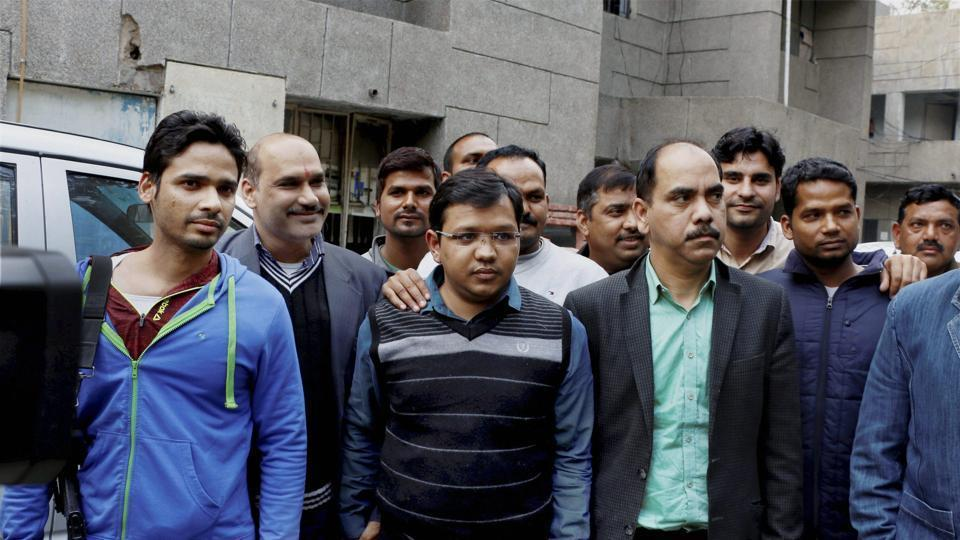 The accused Anubhav Mittal (2nd from right) and Sridhar Prasad (left) were arrested by the Uttar Pradesh Special Task Force (STF) for an online trading scam worth over Rs 3,700 crore, in Noida.