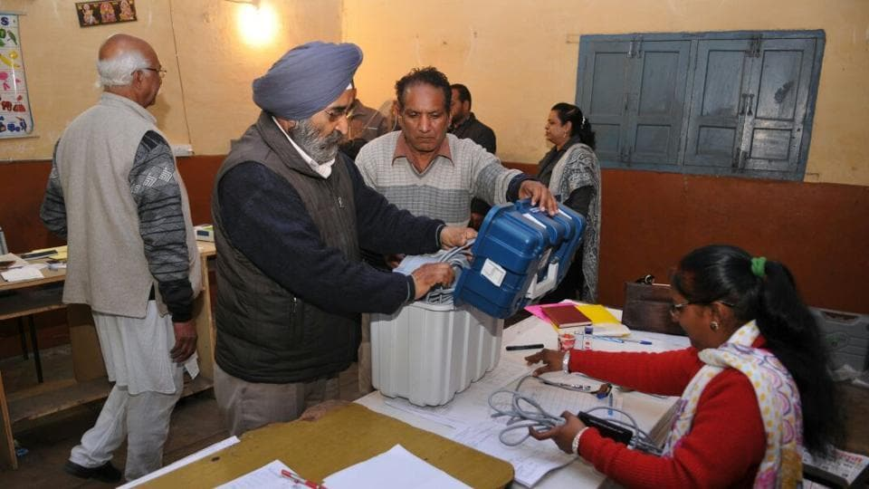 A technical snag in voting machines delayed voting in certain parts of Punjab (Pardeep Pandit/HT Photo)