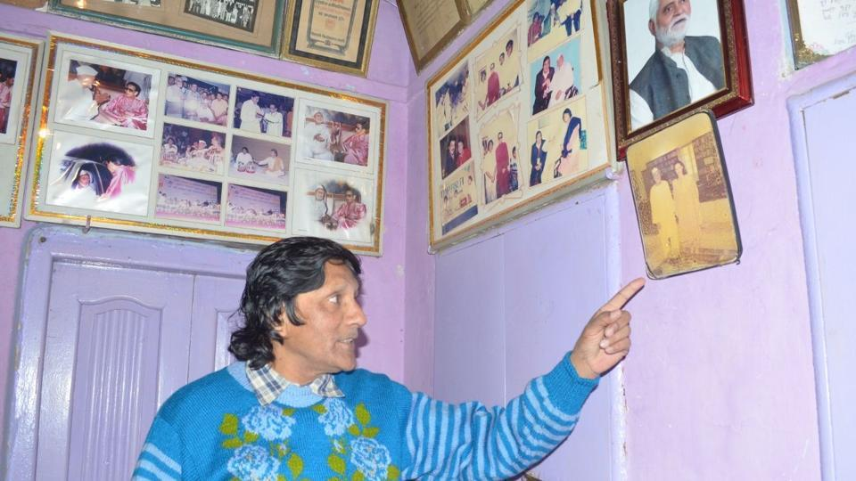 Nazim, son of Ustad Bismillah Khan, showing pictures of the maestro with members of Gandhi family.