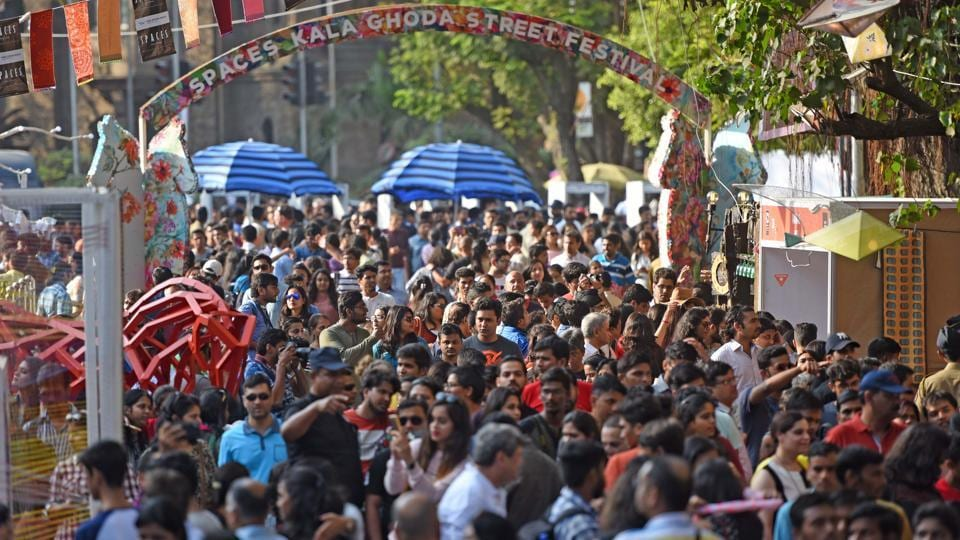 Crowds flock to the handicraft, food and jewellery stalls at Cross Maidan on Sunday. (Pratik Chorge/HT )