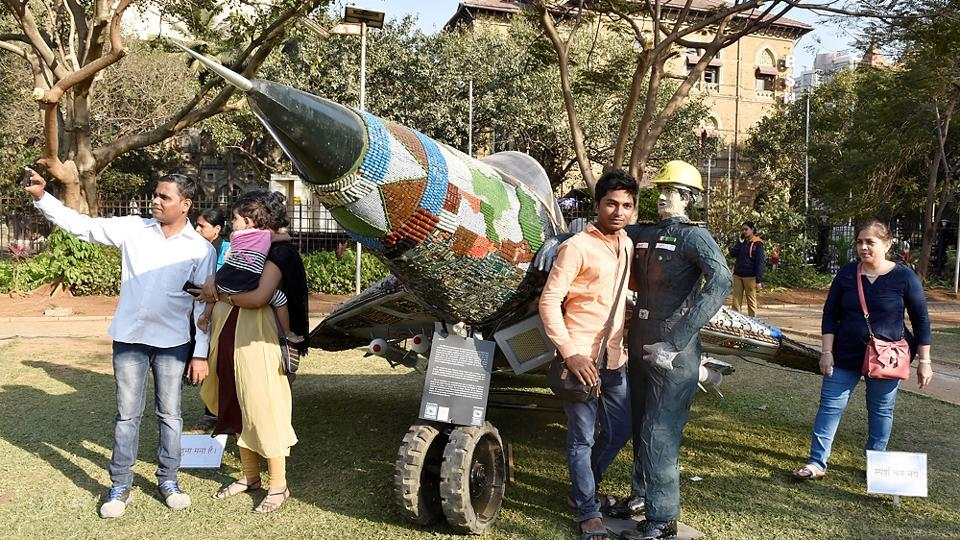 Time to soar: Visitors at the MIG29K art installation at Cross Maidan. (Anshuman Poyrekar/HT PHOTO)