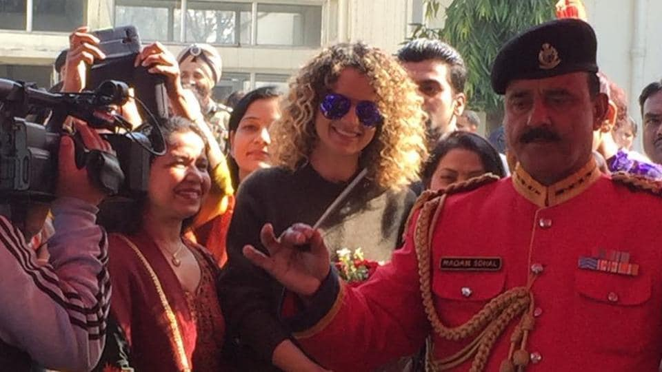 Kangana snapped with soldiers in Jammu.
